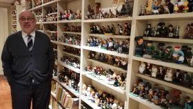 Xabier Añoveros, uno de los fundadores de UPN, junto a su colección de 1.800 'caganers'.
