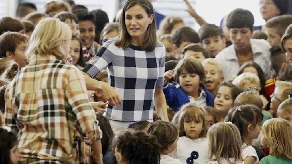 La Reina Leticia en el inicio del curso escolar en un colegio de Asturias.