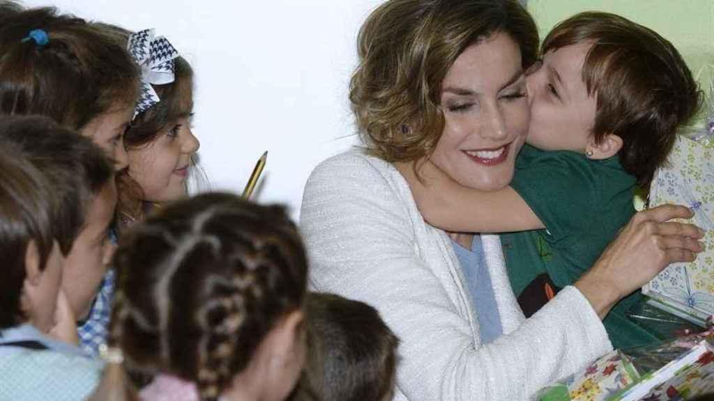 La Reina Leticia, abrazada por un niño en el inicio del curso.