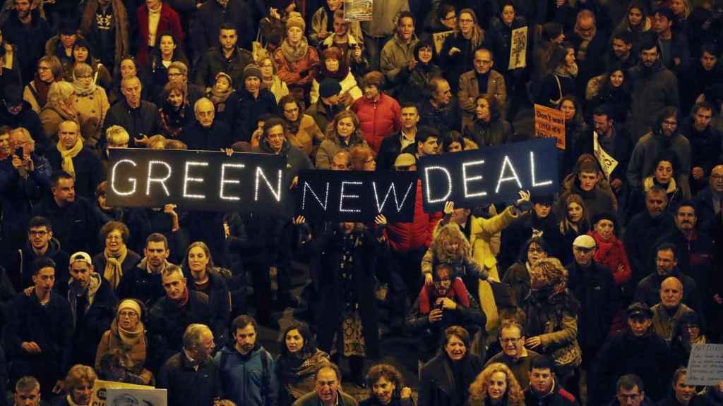 Miles de personas  este viernes en la Marcha por el Clima en el centro de Madrid.