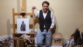 El pintor Augusto Ferrer-Dalmau en su taller.