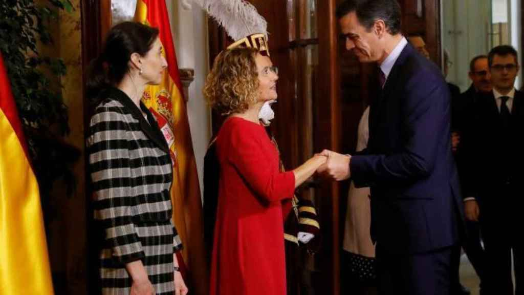 La presidenta del Congreso, Meritxell Batet, saluda a Pedro Sánchez en presencia de la presidenta del Senado, Pilar Llop.