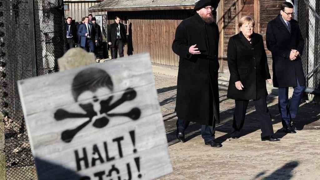 Merkel a la entrada de Auschwitz.