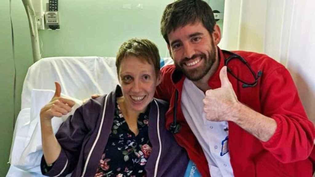Audrey, junto al doctor que la salvó a principios de noviembre.