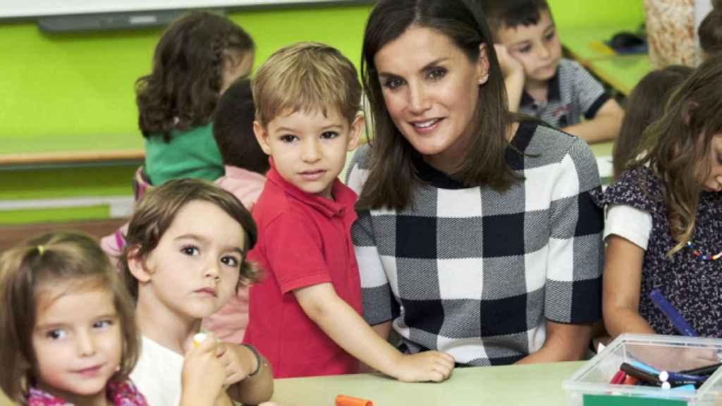 La Reina con un grupo de niños en el colegio Baudilio Arce de Asturias.