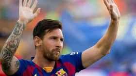 Lionel Messi saluda a la afición del Barcelona