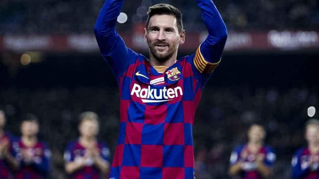 Leo Messi ofreciendo su sexto Balón de Oro al Camp Nou