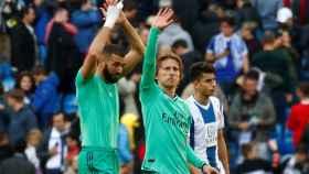Karim Benzema y Luka Modric saludan a la afición tras la victoria ante el Espanyol