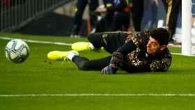 Thibaut Courtois, calentando en el Santiago Bernabéu antes del partido frente al Espanyol