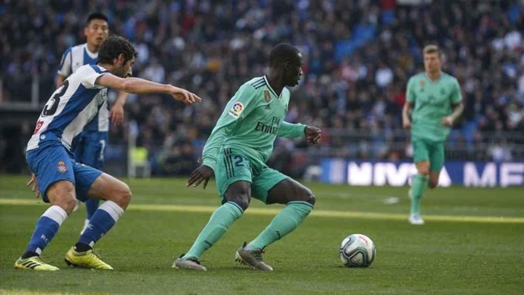 Ferland Mendy esquiva la presión de un jugador del Espanyol