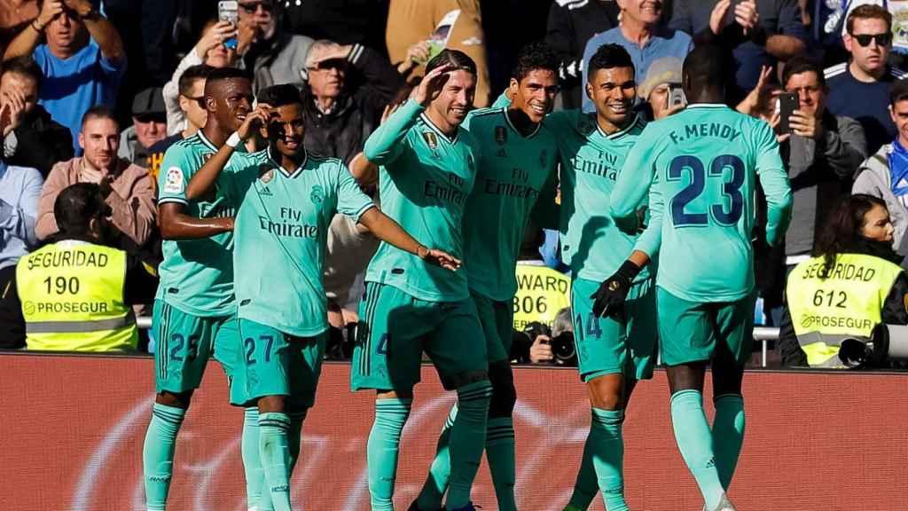 Los jugadores del Real Madrid celebran con Varane su gol al Espanyol