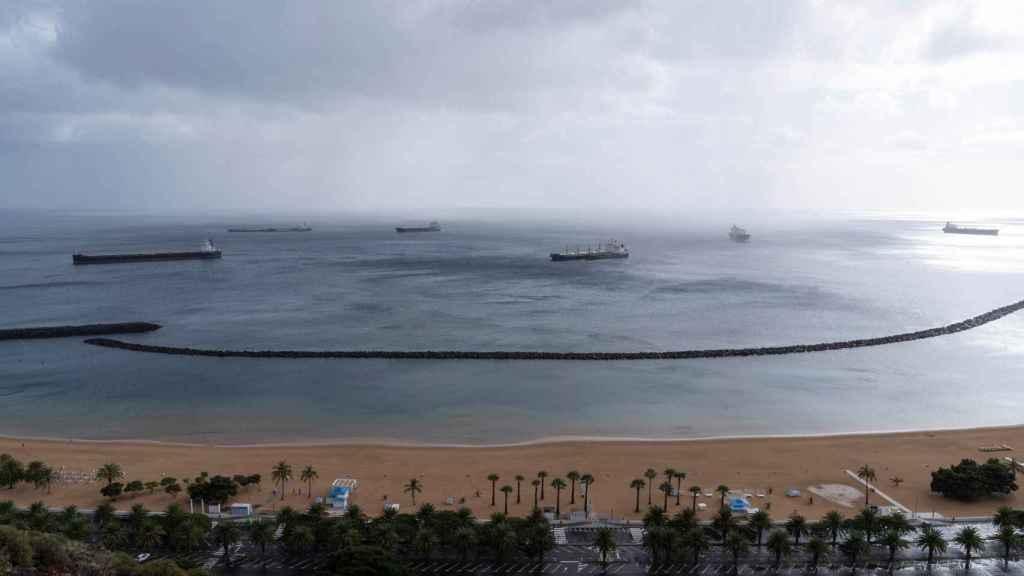 Playa canaria con cielos nubosos.