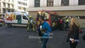 Microbús accidentado contra la tienda en la Plaza del Duque en Sevilla.