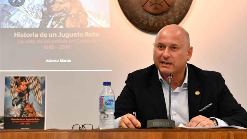 Alberto Martín, impartiendo una charla a otros agentes.