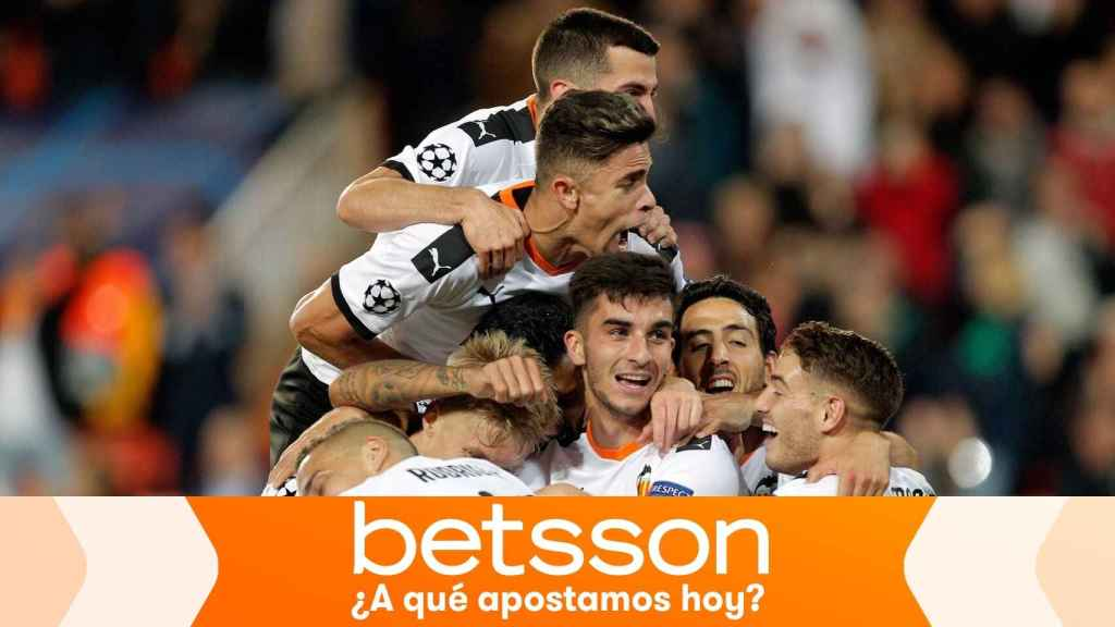 Piña de los jugadores del Valencia