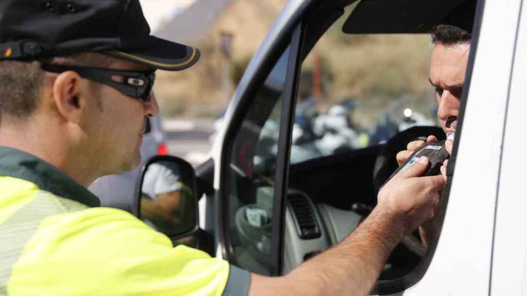 La DGT intensificará este año el número de controles de alcoholemia y drogas en la carretera.