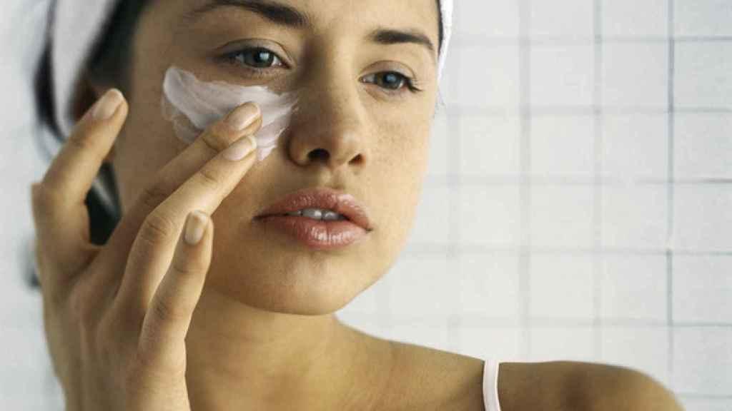 Hay que hidratar la piel tanto de día como de noche.