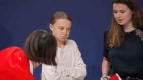 Greta Thunberg (c), conversa con la activista alemana Luisa Neubauer (dcha), de la organización Fridays For Future. EFE/Zipi