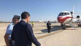 Pedro Sánchez camina hacia el Falcon del Ejército del Aire, en una imagen de archivo.