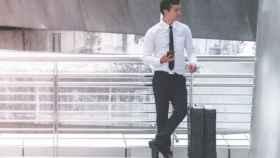 Un turista de negocios con una maleta.