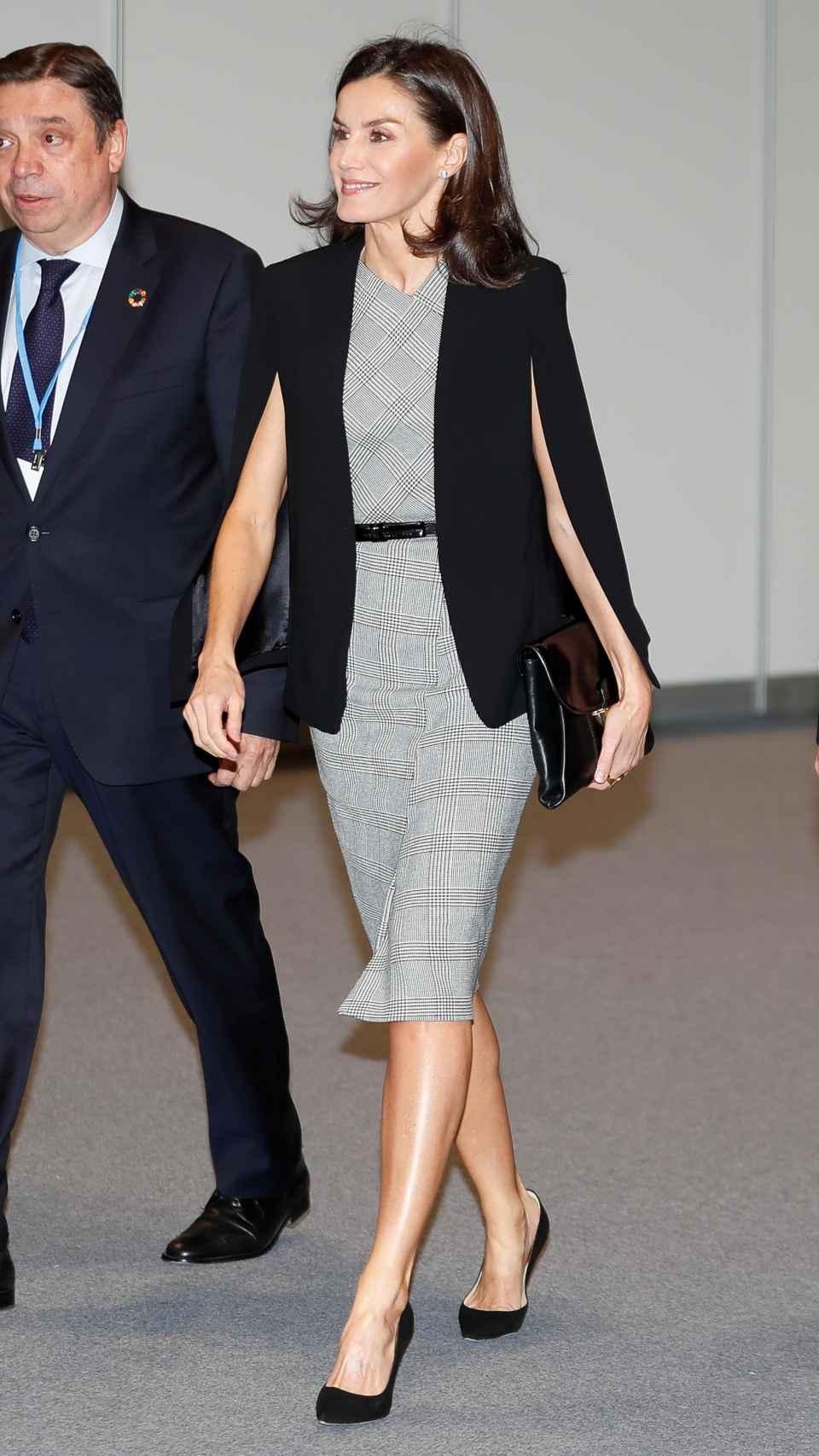 La reina Letizia con capa de Zara.