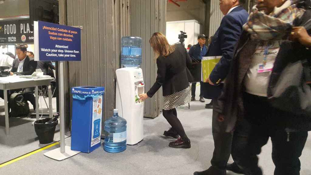 Uno de los dispensadores de agua en la cumbre del clima.