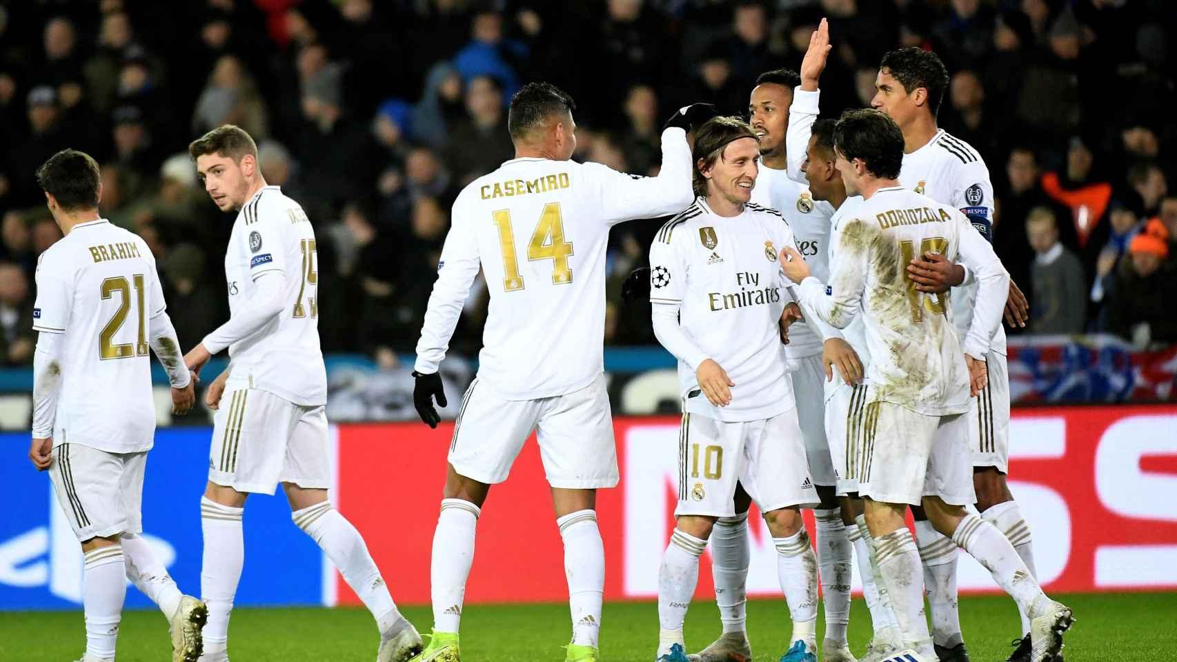 Los jugadores del Real Madrid celebran con Modric su gol al Brujas