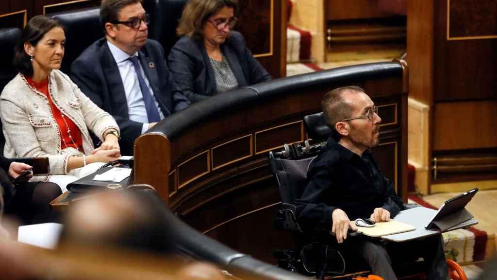 Pablo Echenique ante la bancada del Gobierno, por no poder ocupar su escaño.