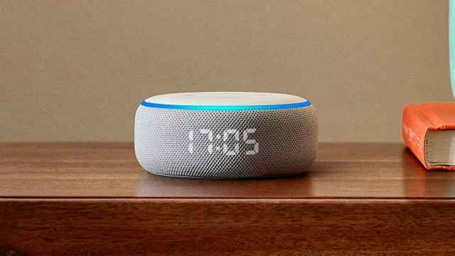 Amazon Echo Dot con reloj.
