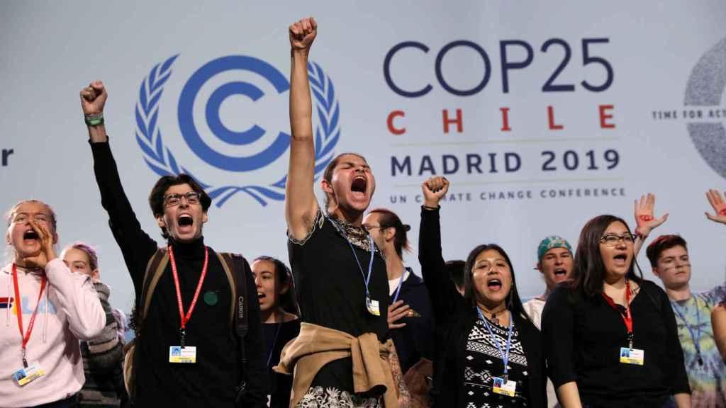 Jóvenes activistas gritan en un evento de alto nivel sobre emergencias climáticas durante la COP25.