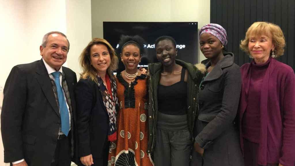 Foto de familia tras la presentación del proyecto 'Sabias de Kakuma'.