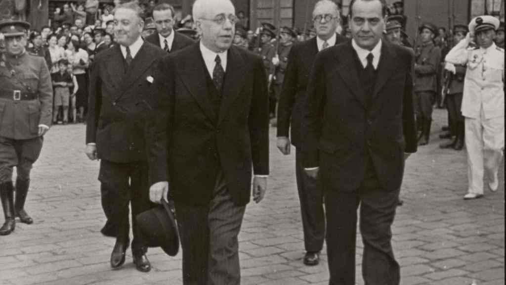 Manuel Azaña y Juan Negrín, escoltados por Diego Martínez Barrio y Julio Álvarez del Vayo (con gafas), en Barcelona en 1938.