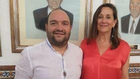 Ángel Mascarell junto a la alcaldesa de Ador, Manela Faus.