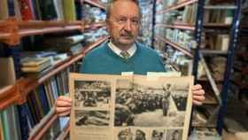 Abelardo Linares, editor de Renacimiento, con un ejemplar de la revista 'Match'.
