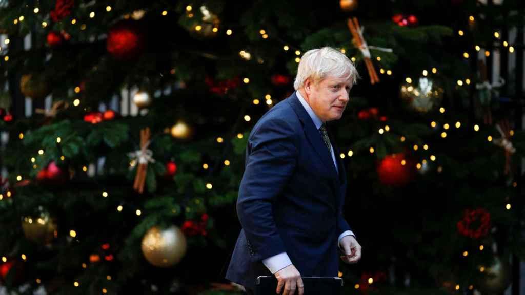 Boris Johnson, este viernes frente al árbol de Navidad de Downing Street