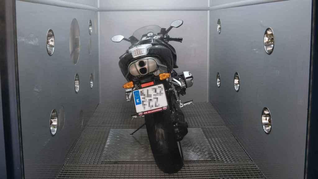El espacio está calculado para que quepa una moto y poder bajarse de ella con comodidad.