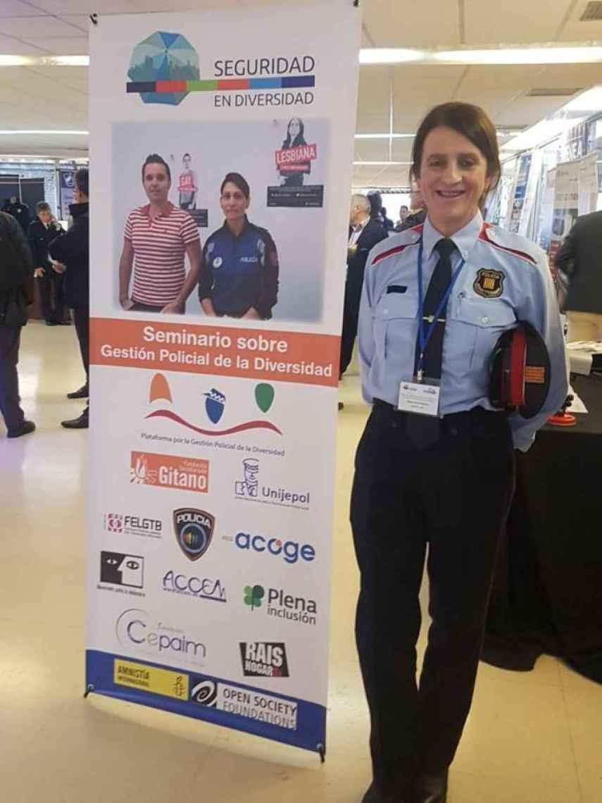 Marta Reina, vestida con el uniforme de los Mossos, en un congreso de diversidad