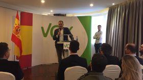 El secretario general de Vox, Javier Ortega Smith, en un acto con seguidores en Ferrol.