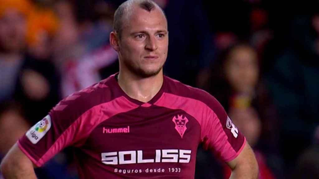 Roman Zozulya escucha los gritos contra él de las gradas del Estadio de Vallecas