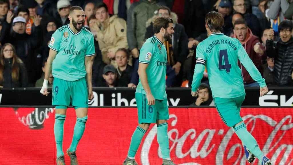 Benzema celebra con los jugadores del Real Madrid su gol en el último minuto al Valencia