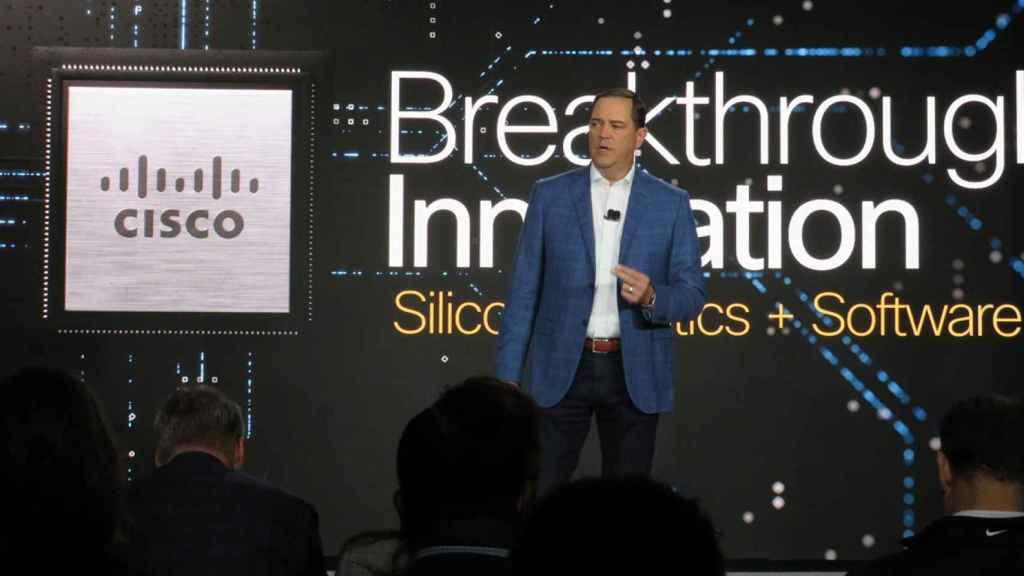 Chuck Robbins, CEO de Cisco, en la presentación de su primer chip de red.