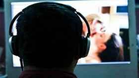 Un hombre viendo pornografía en internet.