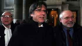 Carles Puigdemont, Lluís Puig y Paul Beckaert a su llegada este lunes al Palacio de Justicia de Bruselas