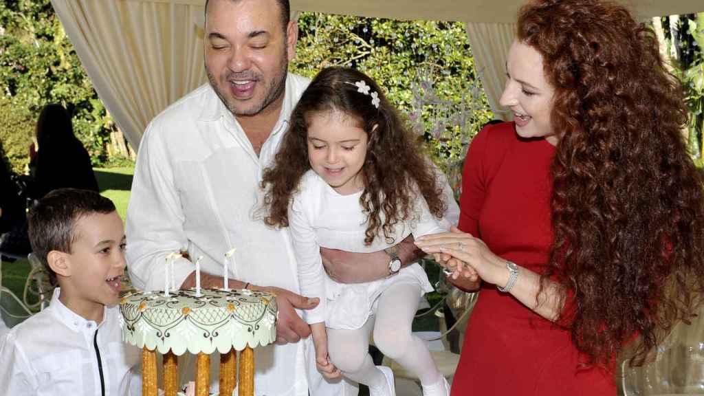 Mohamed VI y la exprincesa Lalla Salma con sus dos hijos cuando eran pequeños.