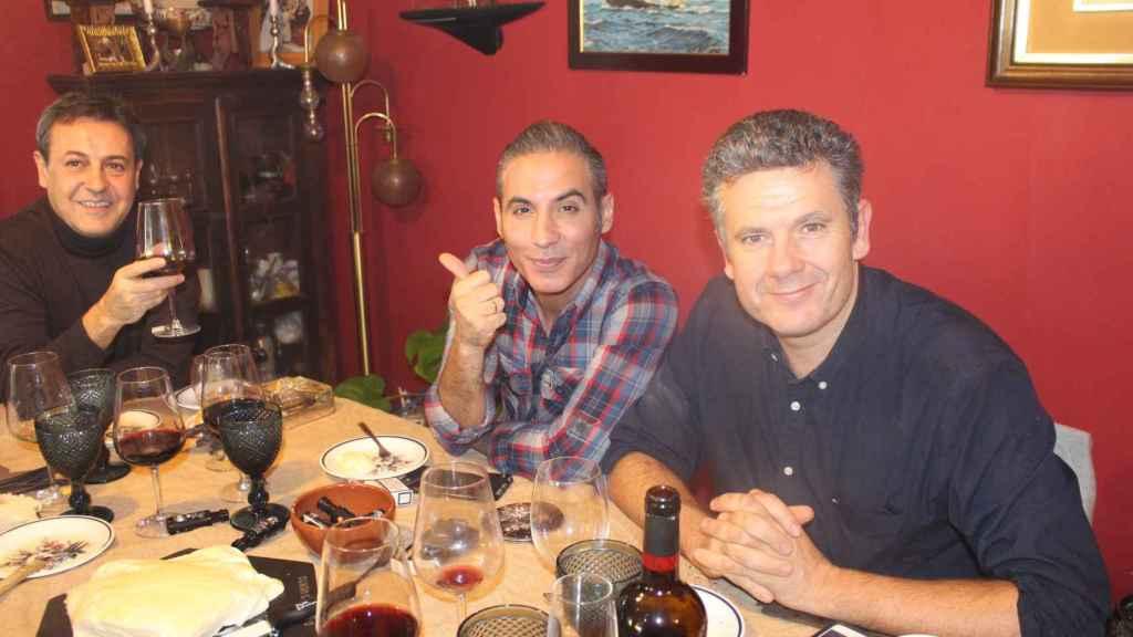 Roberto Arce, Pitingo y José Ribagroda disfrutando de un cocido madrileño.