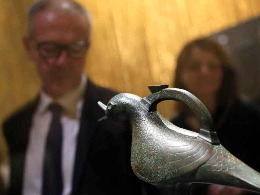 El ministro de Cultura, José Guirao, observa una de las piezas de la exposición.