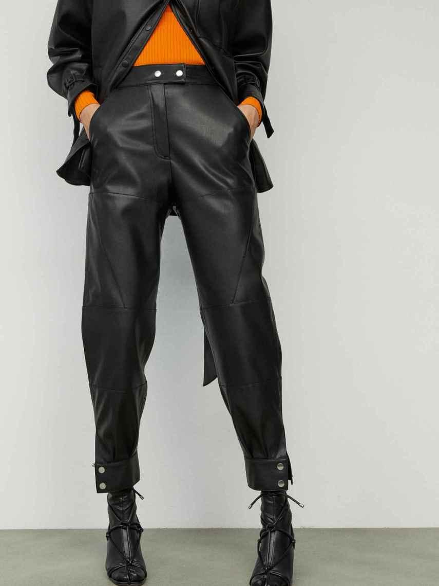 Modelo de Sfera con un 'look' de cuero y con las sandalias transformadas en 'botas'.