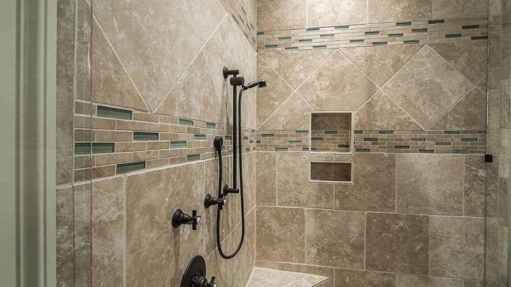 Elimina el moho del baño y evita que vuelva a aparecer