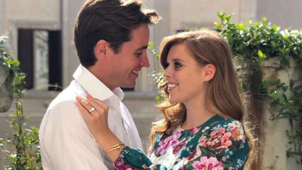 La hija del príncipe Andrés anunciaba su compromiso con unas románticas fotografías.