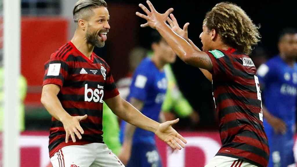 Diego y Willian Arao celebran un gol del Flamengo en el Mundial de Clubes